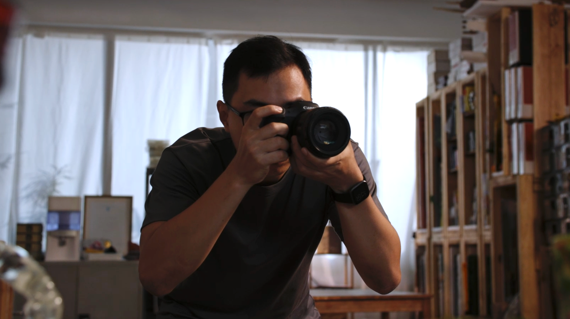Yeo Kai Wen holding up the Canon EOS R5, showing off its small size and compact frame